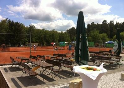 Köhlers Restaurant Usingen - Aussenlounge im Sommer mit Blick auf die UTHC Tennisplätze