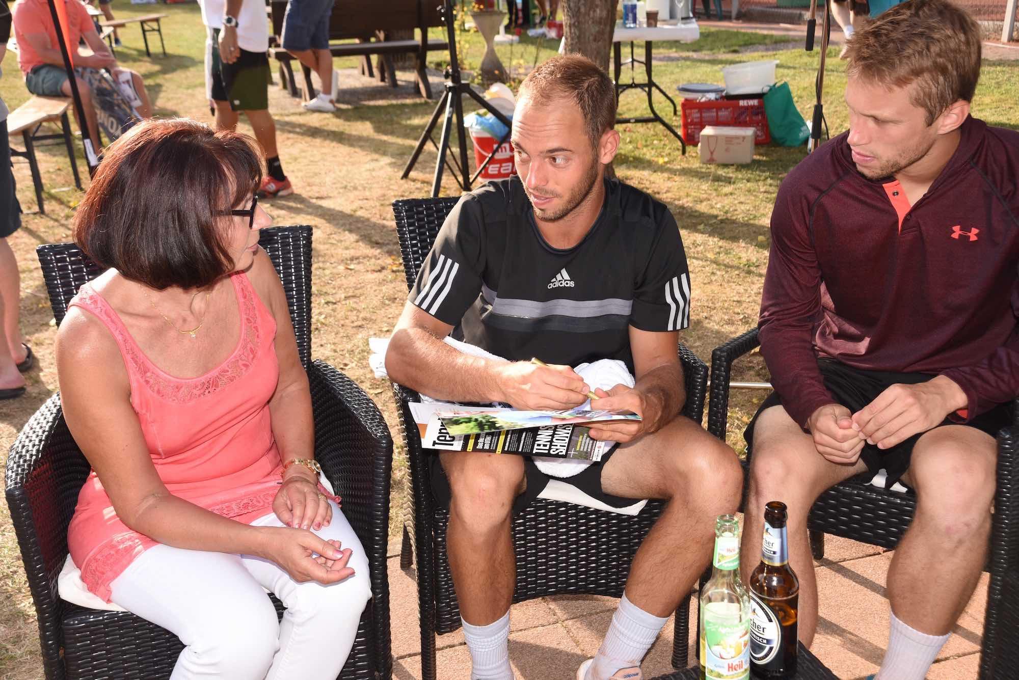 Gerne nahmen sich die Tennisprofis Zeit für persönliche Gespräche und viele, viele Autogramme. Hier Tim Pütz und Steven Moneke.