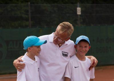 Tennisnachwuchs Sergej Topic, Niklas Bauke mit 1. Vorsitzenden des UTHC Dirk Rabis