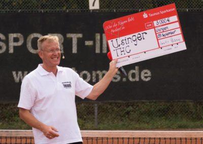 1. Vorsitzender Dirk Rabis erhält Spende für die Tennisjugend des UTHC