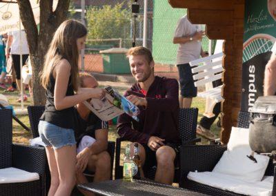 Tennisprofi Steven Moneke fördert gerne die Tennisjugend des UTHC in Usingen. Autogrammstunde...