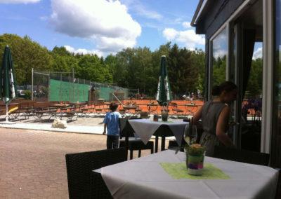 tennishalle-terrasse-lounge-ausschnitt