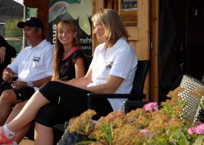 Mara Guth mit Trainer Carlos Tarantino und Annette Heinemann