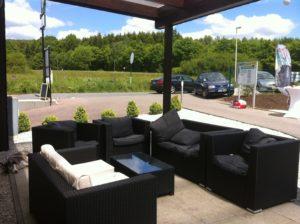 Tennishalle Restaurant mit Aussenlounge und Blick auf Tennisplätze