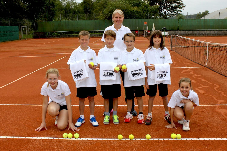 Tennis spielen mit Stil und Etikette: Balljungen und Ballmädchen für die Tennisspieler und Spielerinnen auf dem Tennis-Campus in Usingen.