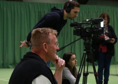 PR Berater Dirk Rabis unterstützt beim Interview. SAT1 Fernsehen auf dem UTHC Tennis-Campus Usingen - Fernsehreportage_1035b