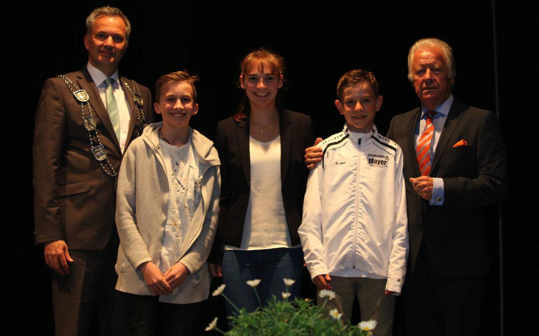 Sergej Topic, Mara Guth und Niklas Baucke für Tenniserfolge geehrt
