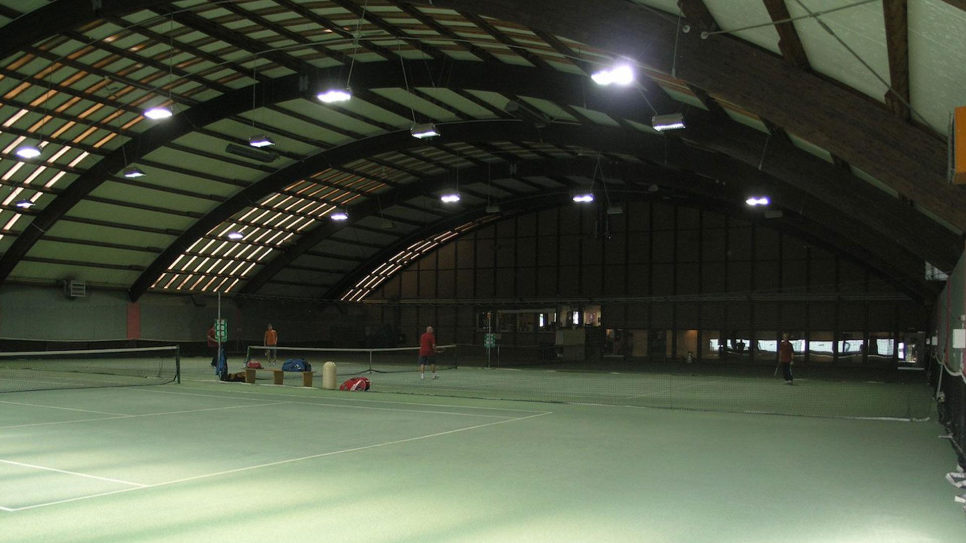 Die 3-Feld Tennishalle des UTHC mit neuester LED-Beleuchtung und Knie schonendem Belag.