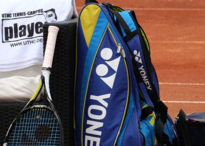 Tennisplatz-Lounge-UTHC-Player-Handtuch-Schlaeger-Tasche