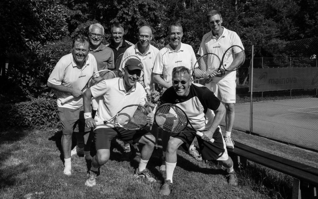 Mit Koch und Tourbus fuhr die 1.Herren 50 Mannschaft des UTHC zum ersten Saisonsieg