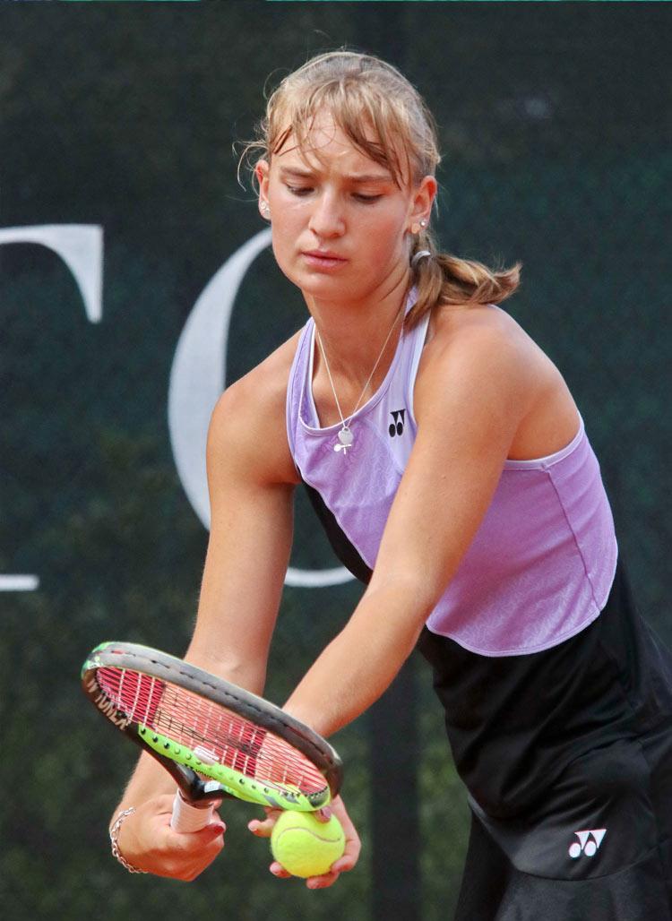 UTHC-Tennis. Mara Guth konzentriert beim Aufschlag
