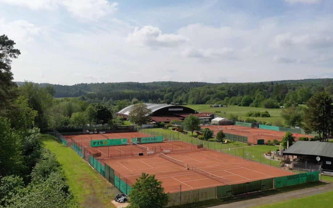 Luftaufnahme präsentiert Tennisanlage aus der Vogelperspektive